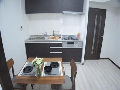 キッチン上下には十分の収納が備え付けで調理道具もきれいに片付きますね。