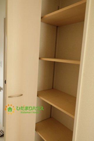 1階の廊下収納です!買い溜めしたい日用品をしまうのに便利です!