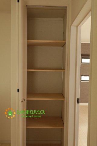 2階の廊下にも収納スペースがあります!