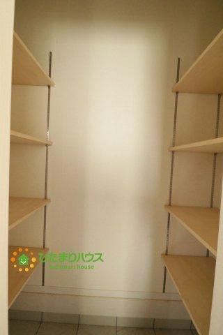 シューズクロークは、レインコートやベビーカー、ゴルフバッグなど大きな荷物を置けるので、 いつでも玄関を綺麗に保てます。
