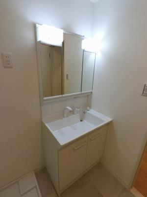 三面鏡付洗面化粧台です。 収納力があり身だしなみ用品や洗濯用品を収納できます。
