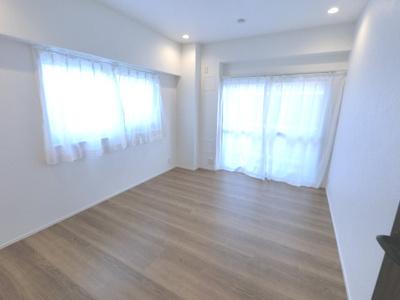 約5帖の洋室です。2面採光で明るい雰囲気です。子供部屋・ワークスペースとしてもお使いいただけます。