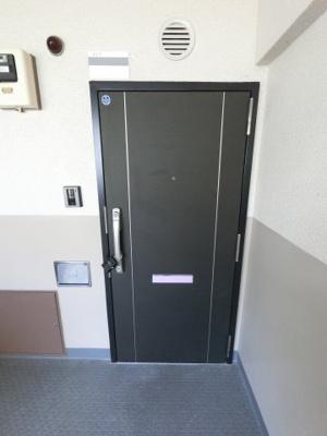 共用廊下からの玄関ドアです。