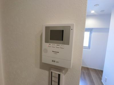 来訪者がわかるTVモニター付きインターホンです。