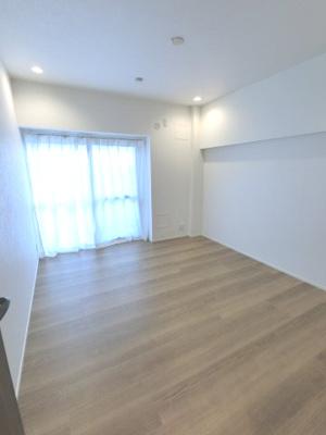 約5.3帖の洋室です。 大きい収納もあります。寝室にいかがでしょうか。
