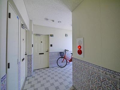 タイルのデザインがおしゃれな共用廊下です