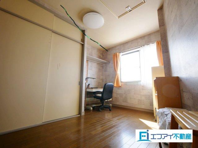 屋根裏収納付きの洋室です
