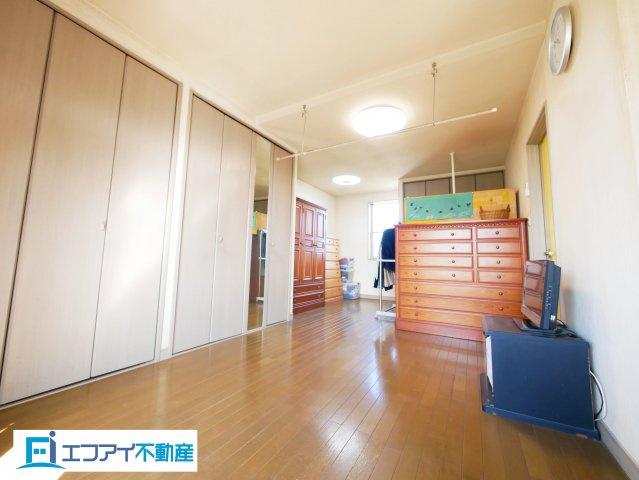 バルコニーに繋がる洋室はクローゼット3ヶ所付きです