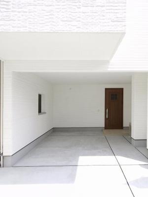 実際に建築したお家の駐車場です。 駐車場代も抑えられるのが戸建てのメリットですね♪
