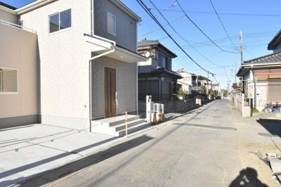 【前面道路含む現地写真】鴻巣市神明2丁目 新築分譲住宅 全1棟