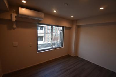 エアコン 照明完備の寝室です