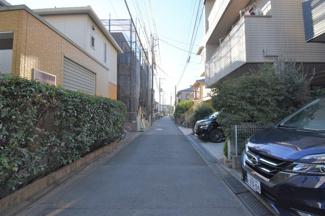 車通りもすくないため、小さなお子様も安心です。 前面道路は交通量も少なく駐車も落ち着いて出来ます。