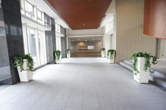 建物内部は広々としたエントランスホールです