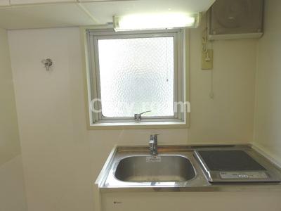 小窓のあるキッチンなので明るいですね