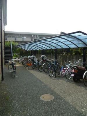 屋根付きの駐輪スペースがあります