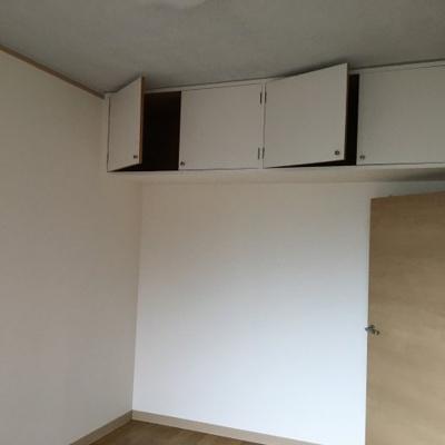 洋室吊り戸棚収納