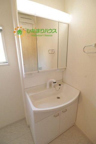 鏡の裏に収納スペースがございます。日用品のストック管理もしやすいです!