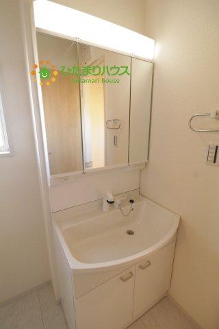 大きな鏡とシャワー付きの洗面台で朝の準備も捗ります!!