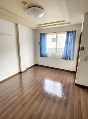 日当たり良く明るいお部屋は、フローリングなのでお掃除もしやすいです。