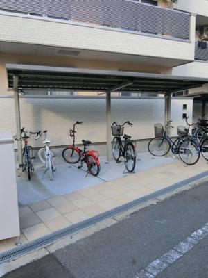 敷地内の屋根付き駐輪場。