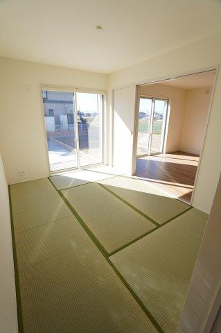 おしゃれな洋風和室も南向きで陽当たり良好です。お昼寝をするのも快適そうですね。