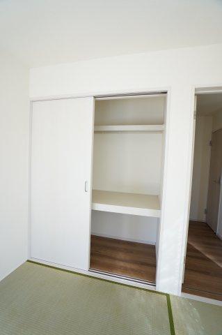 和室の押入です。棚があり座布団など収納できますね。