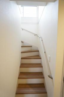 手すりが設置された窓のある明るい階段ですね。