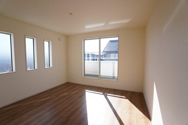 8.7帖の寝室は窓がたくさんあり、とても明るいですね。バルコニーに出られます。