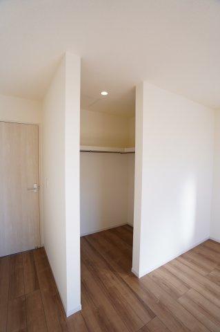 寝室のウォークインクローゼットです。ドアがないので出し入れがしやすいですね。