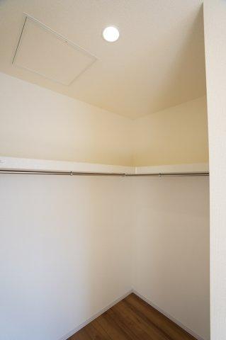 洋室にもウォークインクローゼットがありますよ。棚とパイプが設置されていて便利ですね。