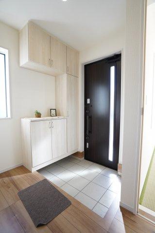 玄関ドアからの採光、玄関に窓もあるので明るい玄関ですね。