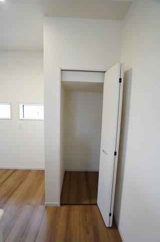 キッチンに収納スペースがありますよ。キッチンは収納が多いほど嬉しいですね。