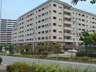 緑の多いユニバ通りに面した立地のオートロックマンション。福岡空港駅まで10分。バス路線も便利です