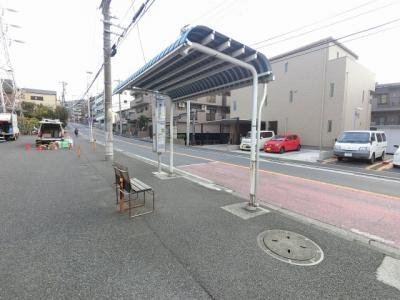 「獅子ヶ谷」バス停まで徒歩1分♪ 平日の朝6時から8時までは合計66本で約1.8分に1本あります。