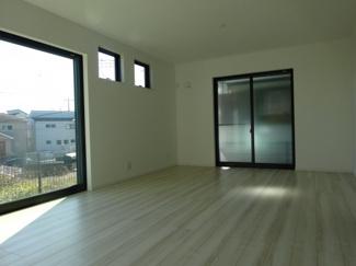 千葉市若葉区加曽利町 新築一戸建て 桜木駅 大開口の窓が付いており、日当たり良好です。