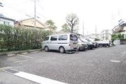 敷地内の駐車場。今なら空きあり、フリーレントキャンペーン中です(詳細別記)