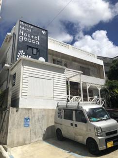 白い外壁が青空に映える清潔感のある建物です。 ゲストハウスや民泊としても利用可能です。