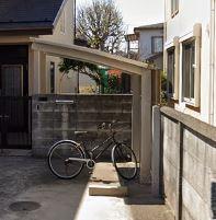 自転車、バイクは無料で駐輪できます。