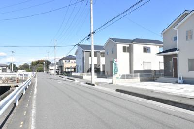 【前面道路含む現地写真】鴻巣市赤城(広田中央区画整理地内)新築戸建 全3棟