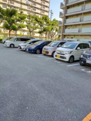 マンション敷地内に平面駐車場がございます。 空き状況は要確認。