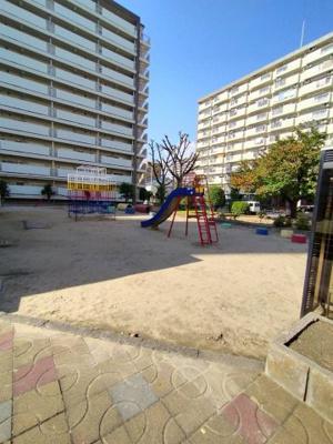 マンション敷地内には遊具のある公園がありお子様を安心して遊べる事ができますね♪