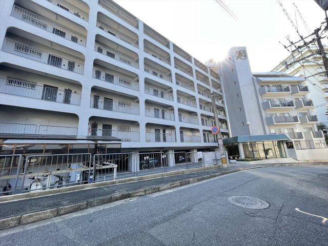 平尾駅から徒歩約10分。閑静な住宅地のマンションです コンビニ、スーパー、ドラッグストアなどすべて徒歩圏内にそろって便利【平尾小 徒歩6分】
