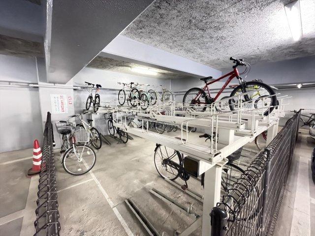 雨風から守ってくれる屋根付き駐輪場です