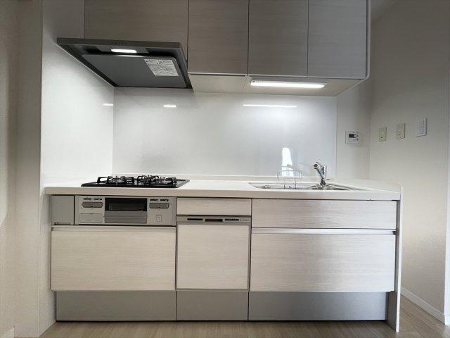 ホワイトで統一された清潔感ある新品システムキッチン 食洗機つきなので毎日の家事タイムを短縮できます
