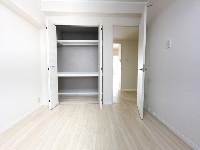玄関側の居室には大きめのクローゼットあり。収納力があるので、その分お部屋の居住空間を広く使えます