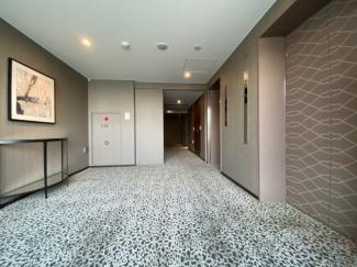 空調付、絨毯敷の内廊下、各階ダストステーションあり