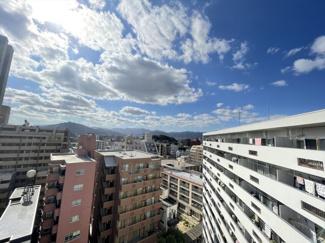 南側バルコニーからの眺望です。11階の高さなので景色が開けていて気持ちいい!
