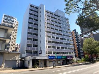 藤崎駅から徒歩5分、明治通り沿いのマンションです。11階南向きのお部屋で日当たり良好 スーパー、ドラッグストアなど毎日のお買い物便利【高取小 徒歩9分】