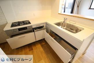 収納箇所も多くたまにしか使わない食器も収納場所に困りませんね