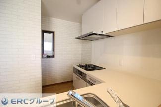 キッチン横に窓があり、匂いや換気対策もバッチリです